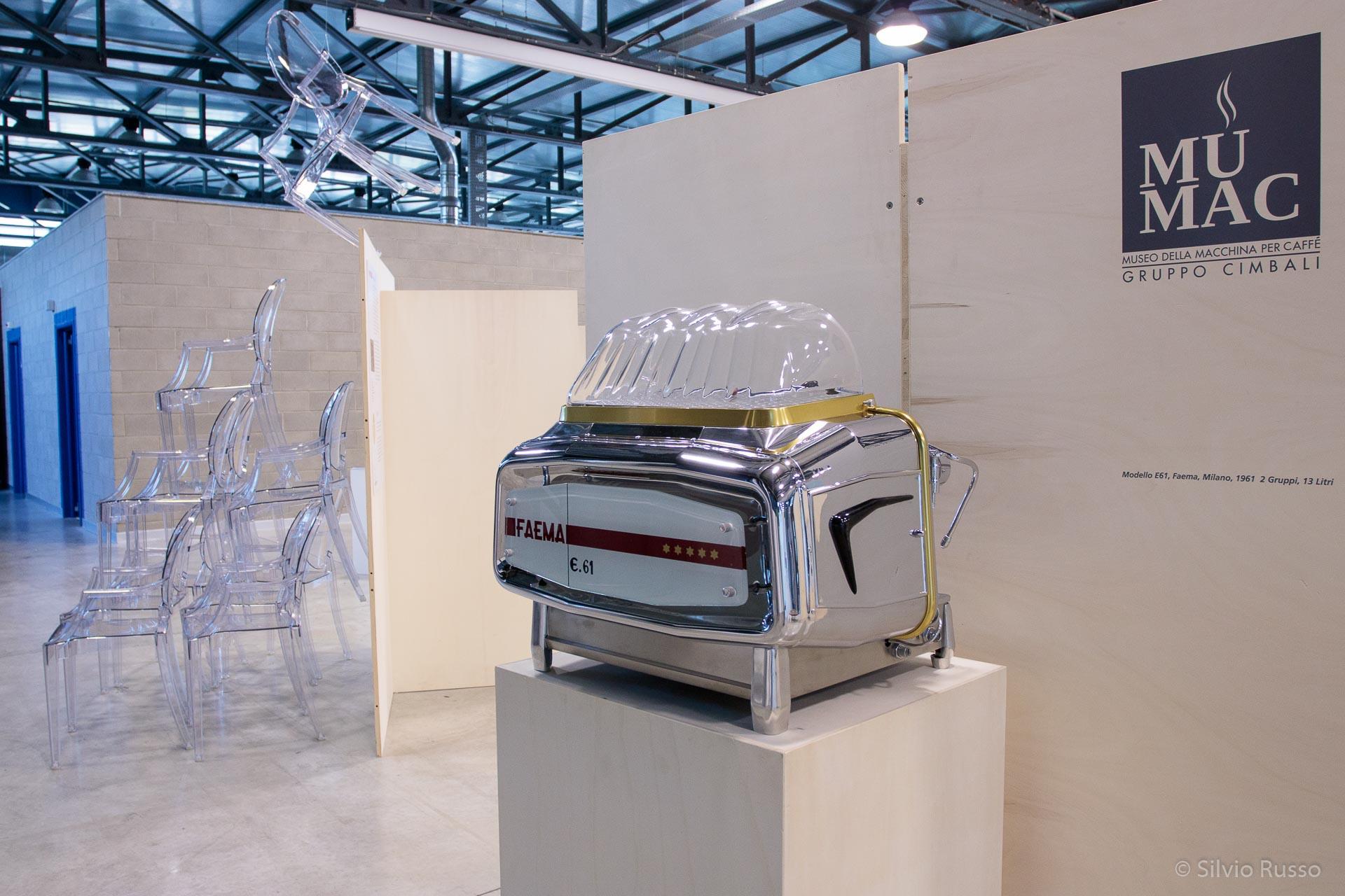 """Modello E61, Faema, Milano, 1961, 2 Gruppi, 13 Litri, MUMAC Sedia """"Louis Ghost"""", design Philippe Starck, 2002, policarbonato trasparente, Museo Kartell"""
