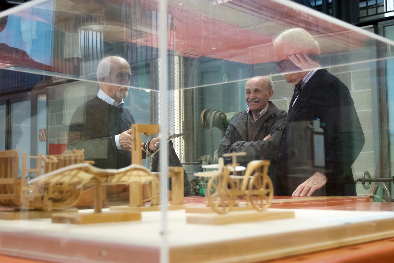 L'architetto Vittorio Parigi, l'architetto Tono Morganti e l'artigiano Piero Villa nella ricostruzione della Bottega di Giovanni Sacchi
