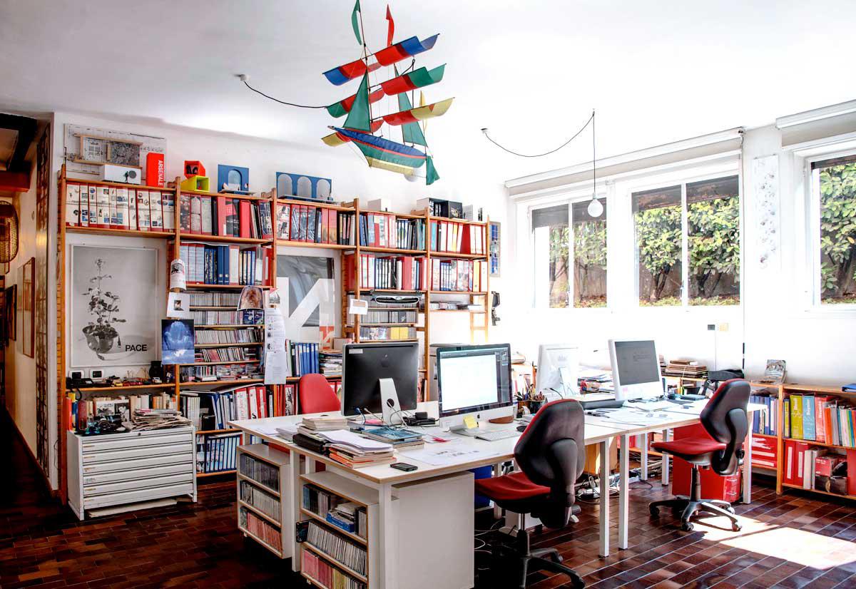 Lo studio con scrivania e libreria